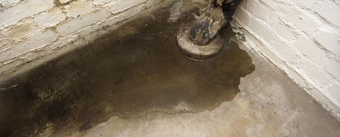 een van de oorzaken van vocht in de kelder is doorslaand vocht vaak als gevolg van een hoge grondwaterstand of een verhoogde druk van het grondwater